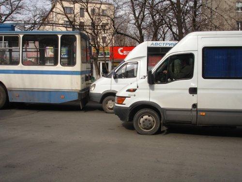 В центре Мариуполя маршрутка «поцеловала» троллейбус (ФОТО), фото-1