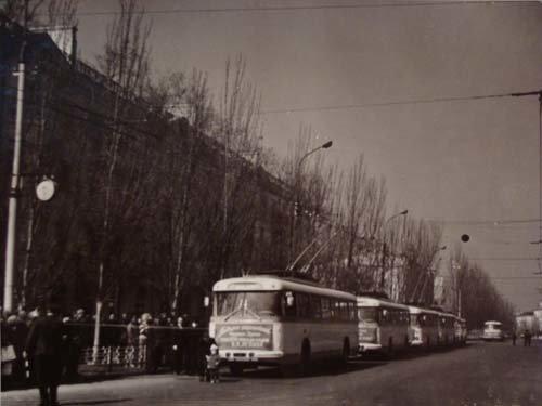 Колонна троллейбусов перед первым рейсом (21 апреля 1970)