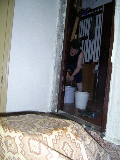В Мариуполе второй день подряд тонет дом-решето (ФОТО), фото-1
