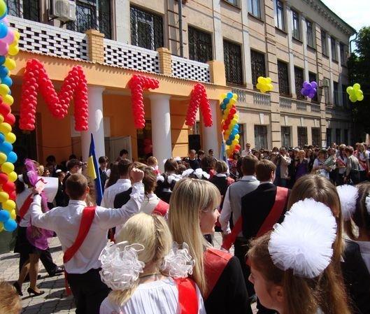 Свобода! Мариупольские выпускники попрощались со школой (ФОТО), фото-1