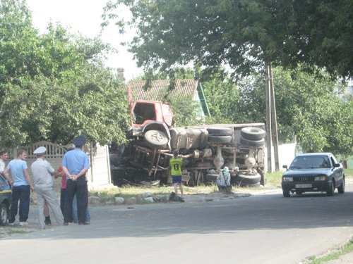 В Мариуполе снова перевернулся грузовик (ФОТО), фото-1