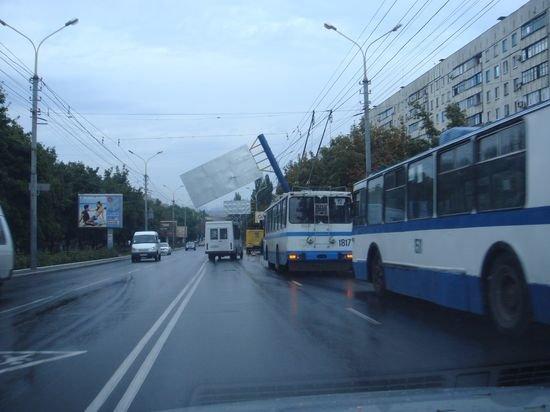 В Мариуполе упавший билборд завис на проводах (ФОТО. Дополнено), фото-1