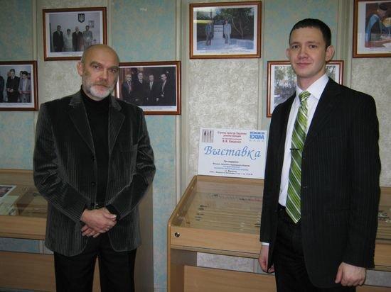 Валентин Кищенко (слева) и представитель Укрэксимбанка