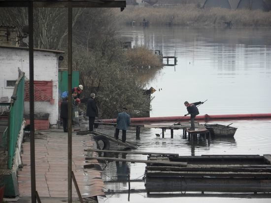 """В Кальмиус комбинат """"Азовсталь"""" высыпал 3 тонны сорбента, фото-1"""