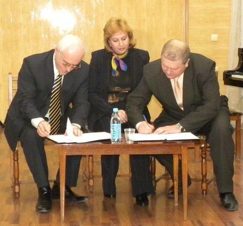 Момент подписания договора. Слева направо Вячеслав Волошин, Ирина Бабурина, Игорь Коротков