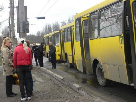 На проспекте Ильича столкнулись три маршрутки. Пострадали 6 человек, в том числе 4-летняя девочка (ФОТО), фото-1