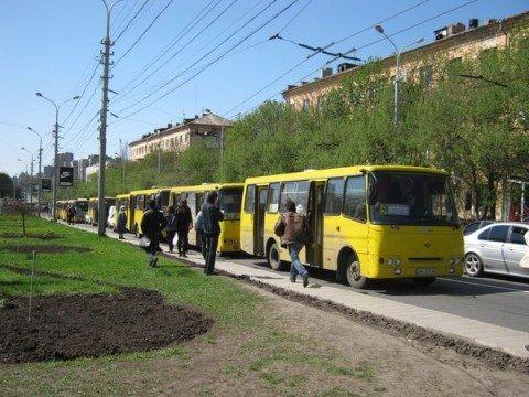 В Мариуполе из-за дорожной разметки образуются пробки, маршрутки сходят с рейса, а свадебные кортежи опаздывают в загсы (ФОТО), фото-1