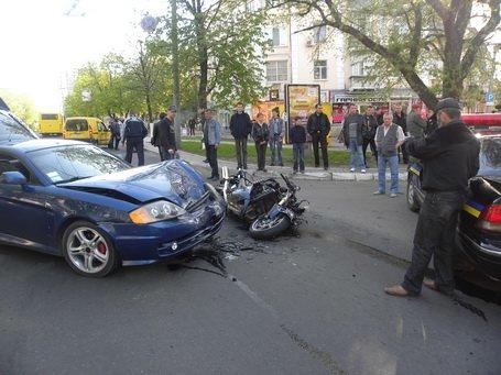 В центре города иномарка и мотоцикл  не поделили дорогу. Есть пострадавший (ДОПОЛНЕНО)  , фото-1