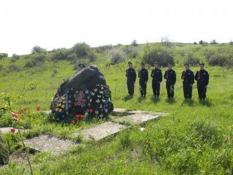 Возложение венков на месте гибели в сентябре 1943 года (Самарина Балка) и месте захоронения (село Ильичевское) 32-х десантников 384 ОБМП, о..., фото-1