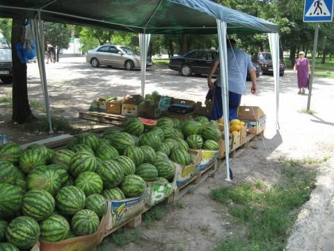 В Мариуполе основная торговля арбузами ведется с земли