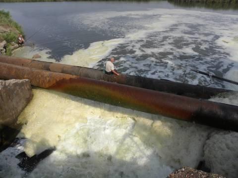 """Так сейчас выглядит промышленный сток комбината """"Азовсталь"""" в реку Кальмиус"""