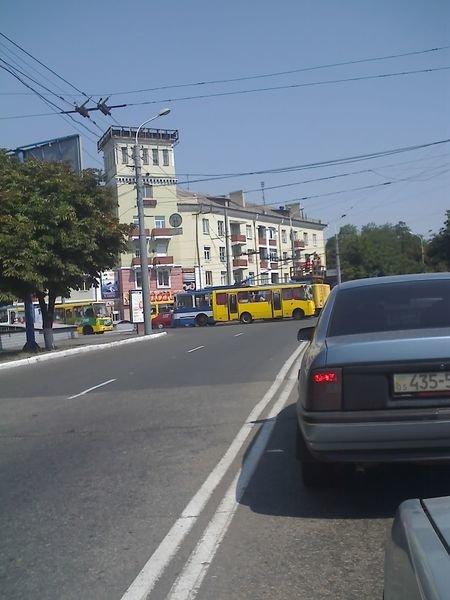 В Мариуполе неправильно припаркованный автомобиль остановил движение электротранспорта  в Жовтневом районе (ФОТО), фото-1