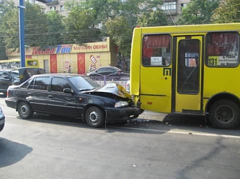 В центре Мариуполя маршрутка столкнулась с легковушкой (ФОТО)  , фото-1