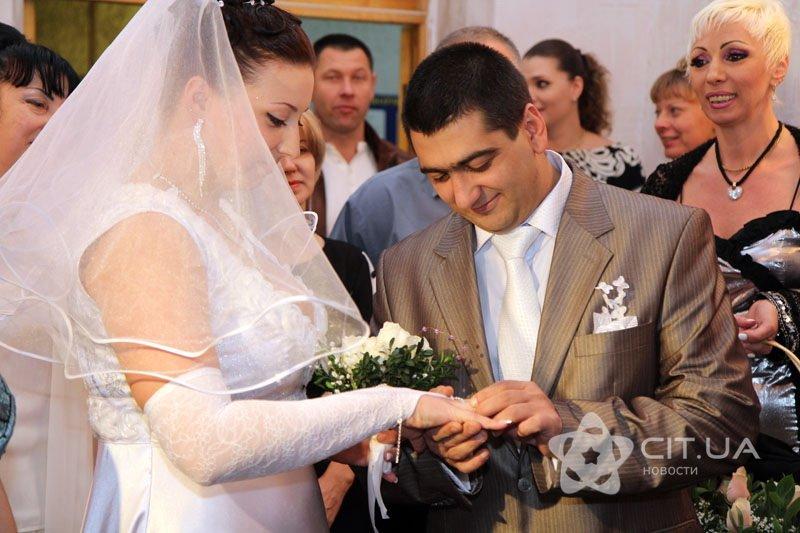 Молодожены вошли в ЗАГС Симферополя 12.12.2012 в 12 часов 12 минут (фото), фото-2