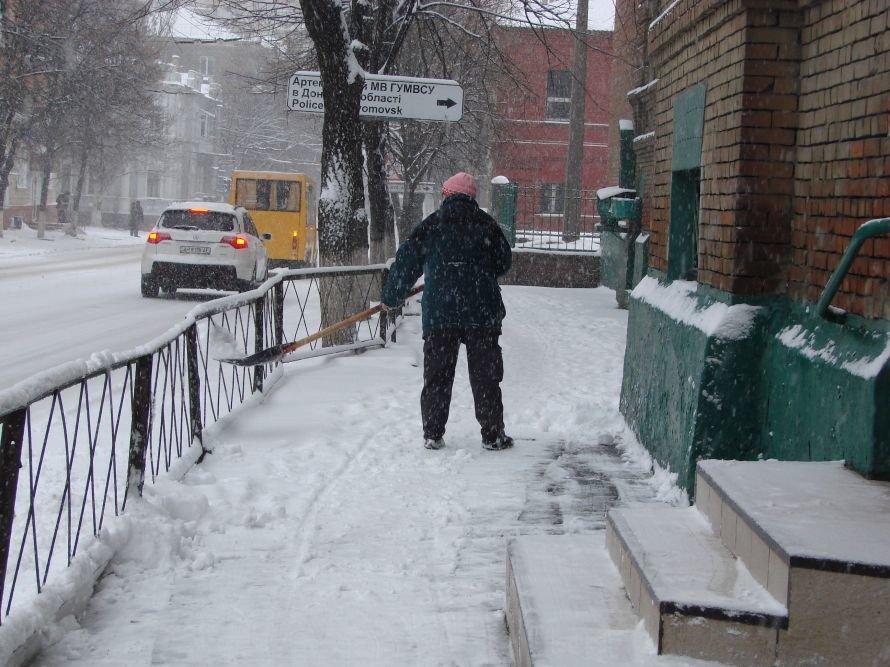 В Артемовске выпал первый снег: коммунальщики расчищают  основные перекрестки (ВИДЕО), фото-1