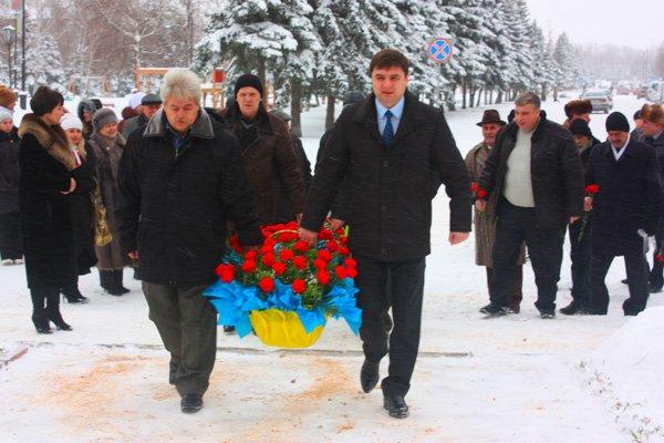 И в каждом из нас Чернобыль горит: в память о ликвидаторах аварии к памятнику возложили цветы, фото-4