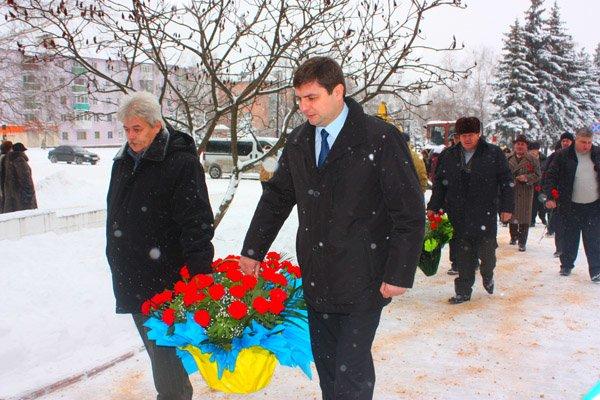 И в каждом из нас Чернобыль горит: в память о ликвидаторах аварии к памятнику возложили цветы, фото-5