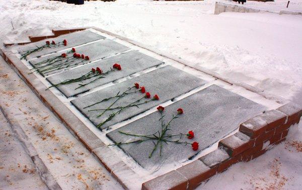 И в каждом из нас Чернобыль горит: в память о ликвидаторах аварии к памятнику возложили цветы, фото-7