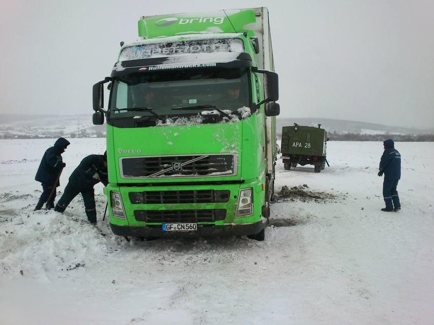 грузовик в снегу