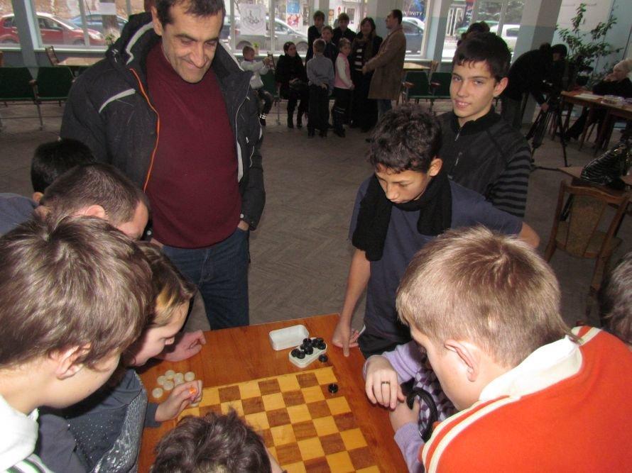 В Мариуполе детей-сирот отвлекали от компьютеров шахматами  (ФОТО), фото-2