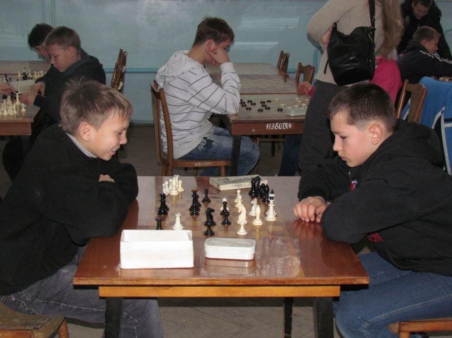 В Мариуполе детей-сирот отвлекали от компьютеров шахматами  (ФОТО), фото-1