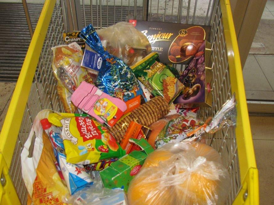 Мариупольцы собирают тележки подарков для сирот (ФОТО), фото-2