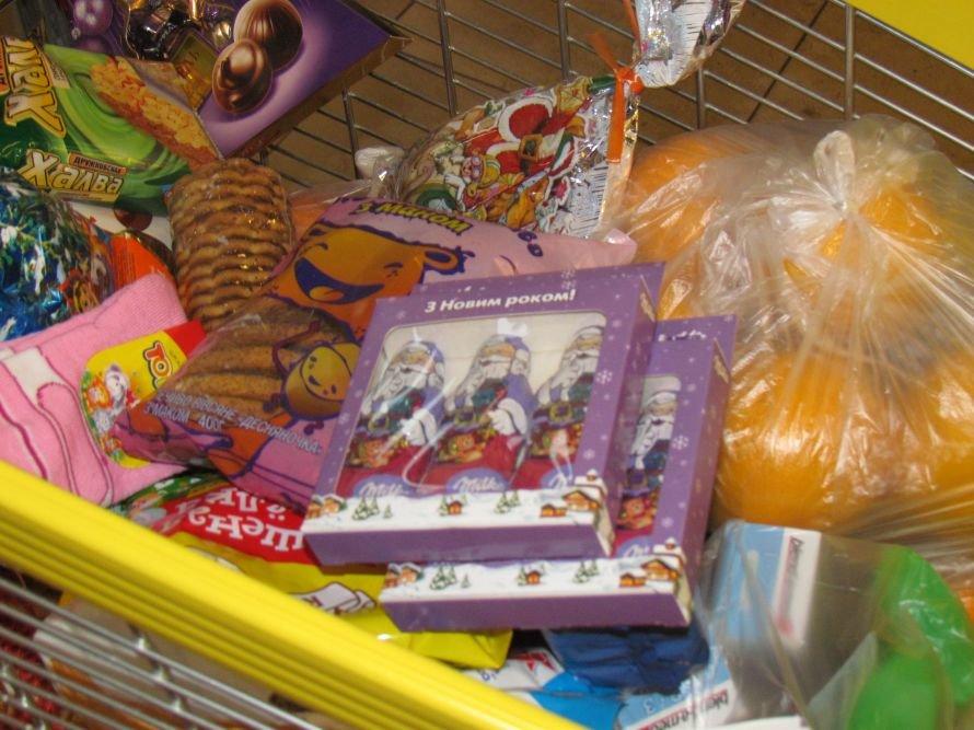 Мариупольцы собирают тележки подарков для сирот (ФОТО), фото-4