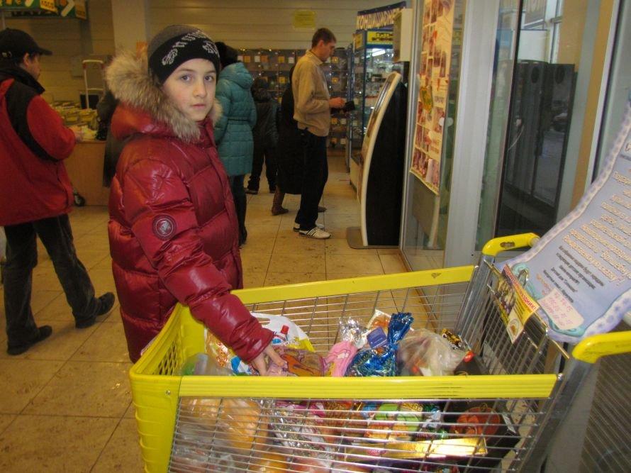 Мариупольцы собирают тележки подарков для сирот (ФОТО), фото-1