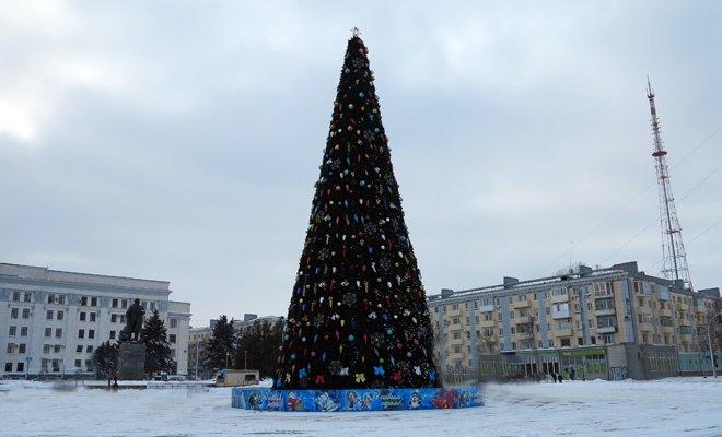 В Луганске главную елку города украсили голубыми бантиками (ФОТО), фото-1