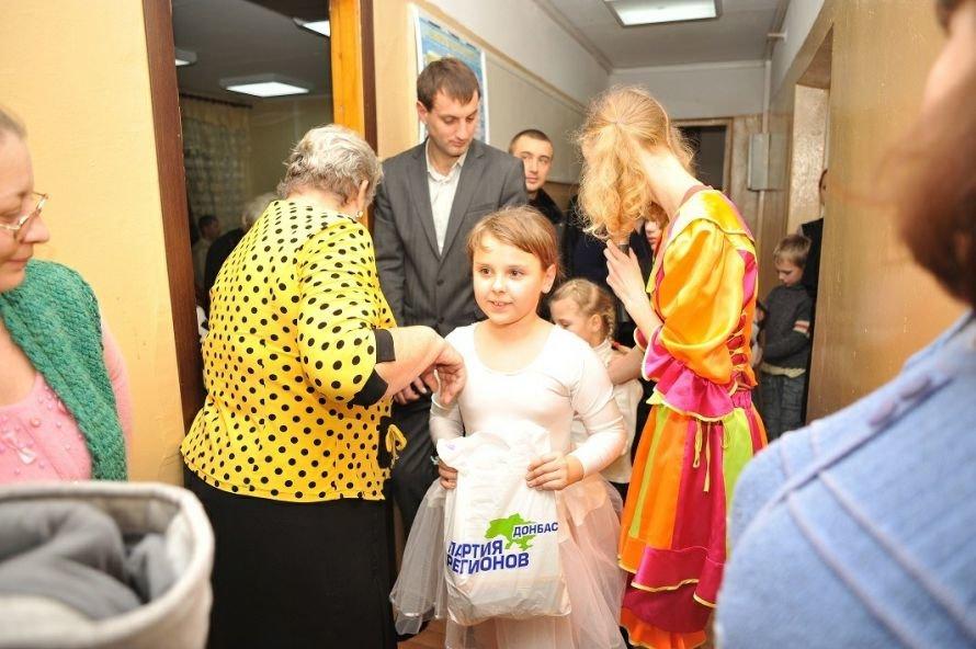 В Мариуполе чиновники, депутаты и предприниматели накормили конфетами детей в микрорайоне «Черемушки» (ФОТО), фото-6
