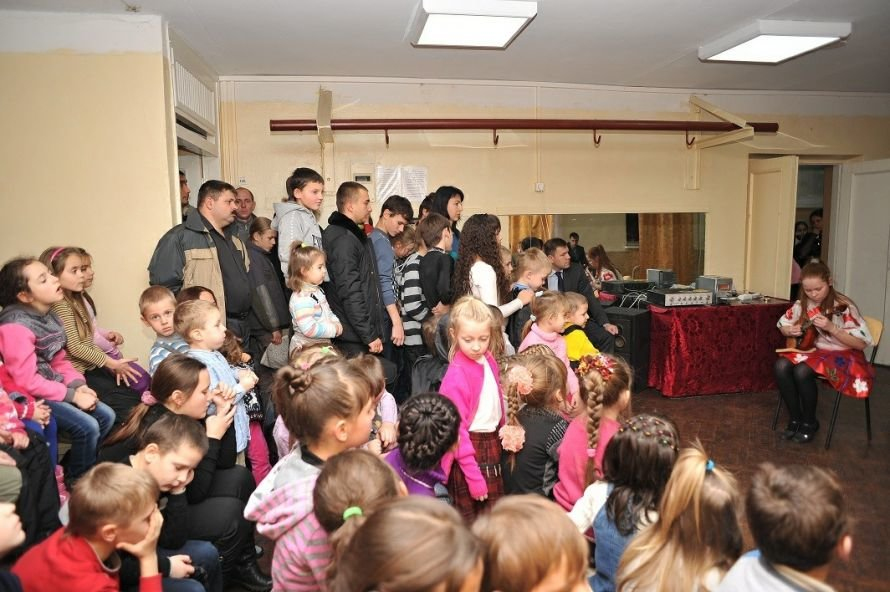В Мариуполе чиновники, депутаты и предприниматели накормили конфетами детей в микрорайоне «Черемушки» (ФОТО), фото-3