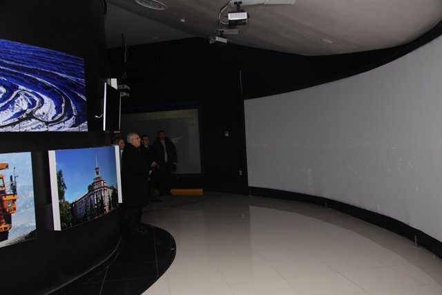 На Днепропетровщине папа-мэр и сын-губернатор позировали перед журналистами в 3D-очках (ФОТО), фото-2