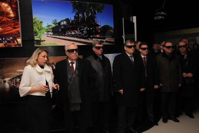 На Днепропетровщине папа-мэр и сын-губернатор позировали перед журналистами в 3D-очках (ФОТО), фото-1