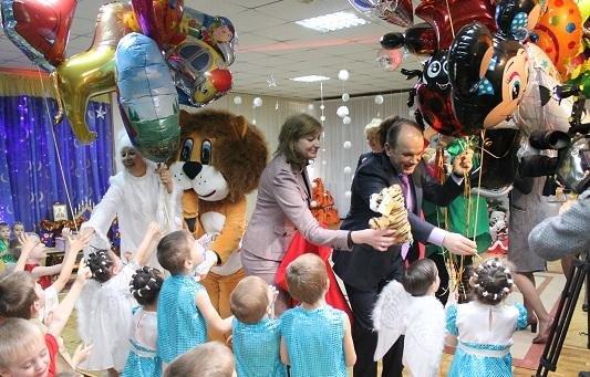 С теплом в сердце к каждому ребенку. Центр опеки, детский дом «Солнышко» и общественные организации принимали поздравления и игрушки, фото-6