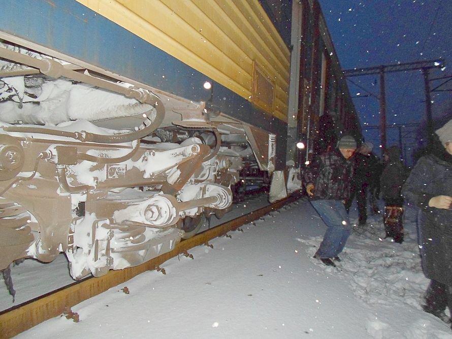 Зимние забавы! Пассажиры электрички  Ясиноватая - Мариуполь выпрыгивали из вагонов прямо в снег (Фотофакт), фото-1