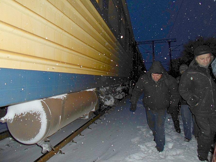 Зимние забавы! Пассажиры электрички  Ясиноватая - Мариуполь выпрыгивали из вагонов прямо в снег (Фотофакт), фото-2