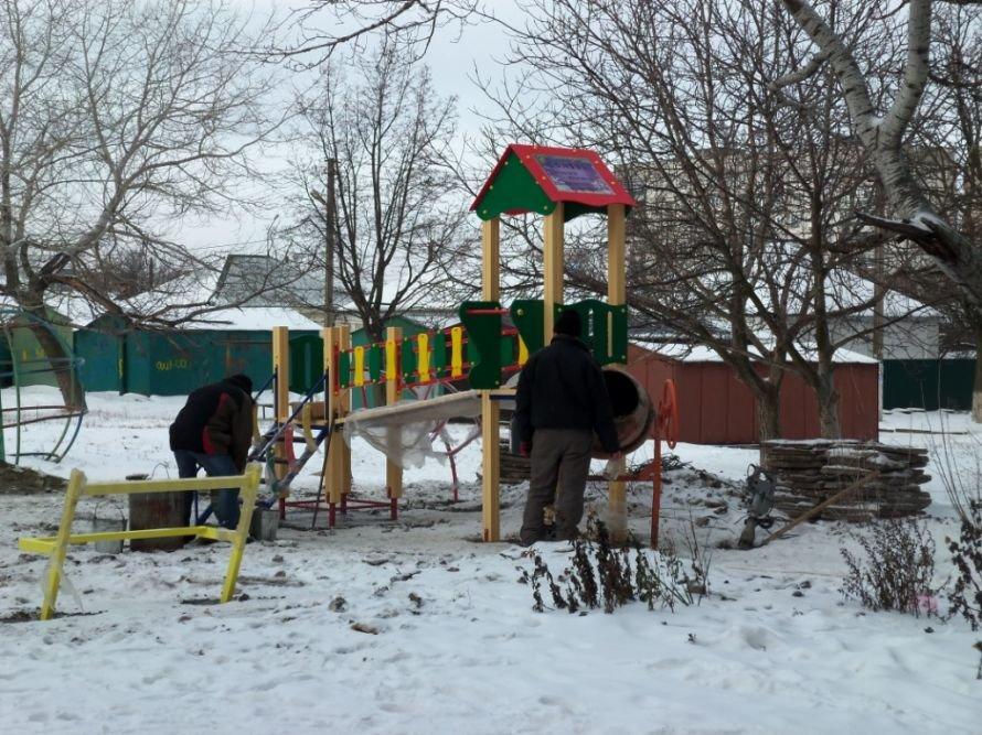Самое время: в Мариуполе в мороз  устанавливают детскую площадку (Фотофакт), фото-1