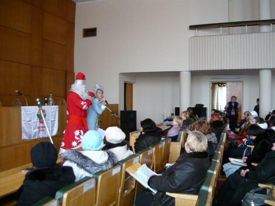 Житомир. Поздравляют Дед Мороз и Снегурочка.