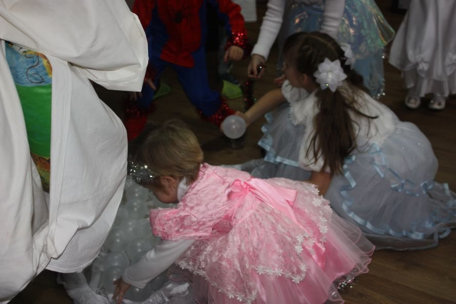 Подарки от Святого Николая и Деда Мороза получили дети-инвалиды, фото-3
