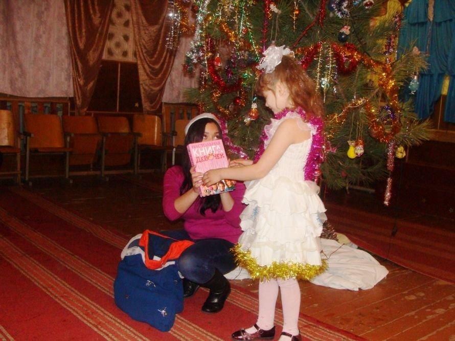 Акция «Стань Дедом Морозом»: воспитанники интерната получили в подарок книжки, фото-1
