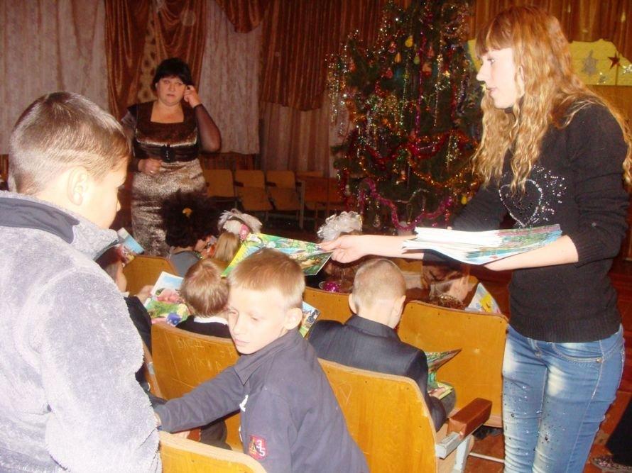 Акция «Стань Дедом Морозом»: воспитанники интерната получили в подарок книжки, фото-4