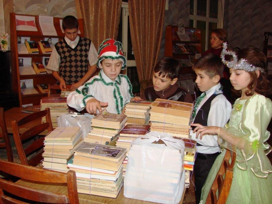 Акция «Стань Дедом Морозом»: воспитанники интерната получили в подарок книжки, фото-5