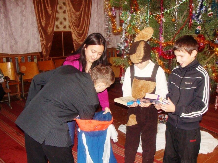 Акция «Стань Дедом Морозом»: воспитанники интерната получили в подарок книжки, фото-2
