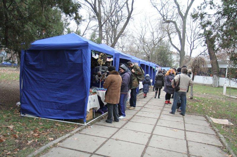 В сквере Симферополя открылась ярмарка работ крымских мастеров (ФОТО), фото-1