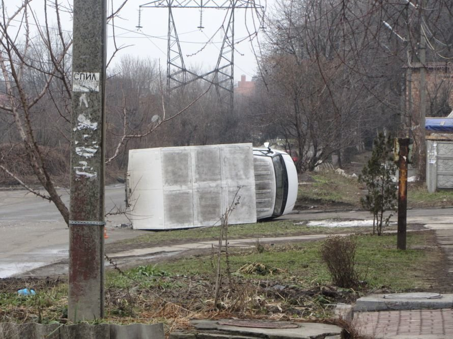 В Днепропетровске из-за столкновения с «легковушкой» перевернулся грузовик (ФОТО), фото-2