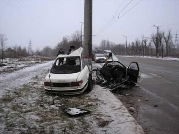 Смертельное ДТП в Кривом Роге: «Audi» разорвало вокруг электроопоры. Четверо пострадавших. Водитель погиб на месте (ФОТО), фото-1