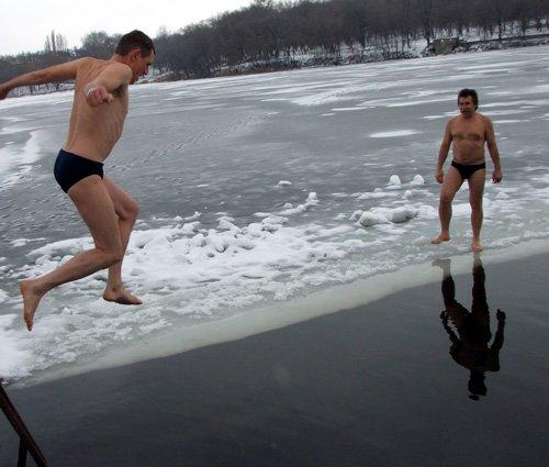 Донецкие моржи отметили Рождество массовым заплывом, фото-1