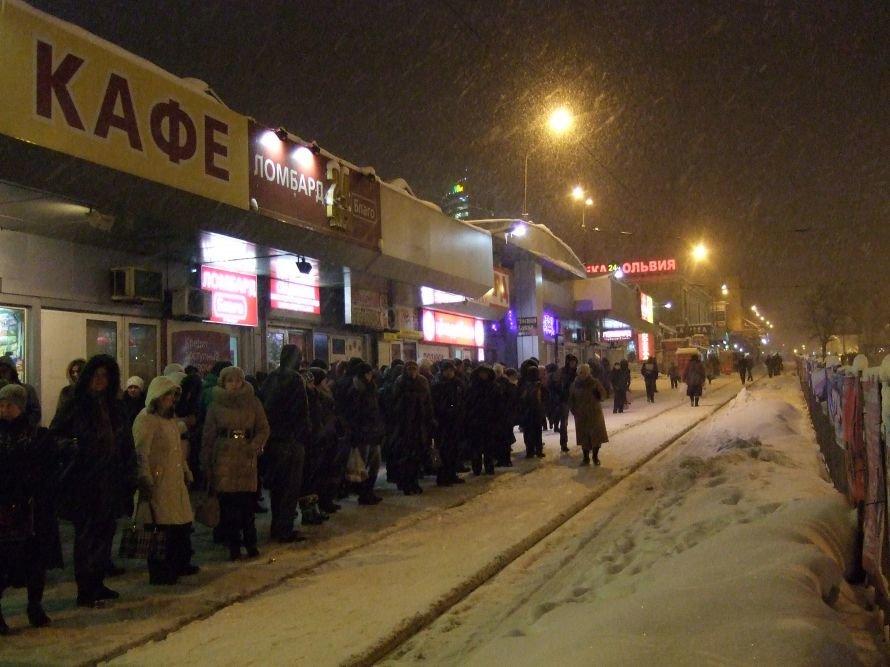 Снегопад в Донецке парализовал движение четырех трамвайных маршрутов, фото-1