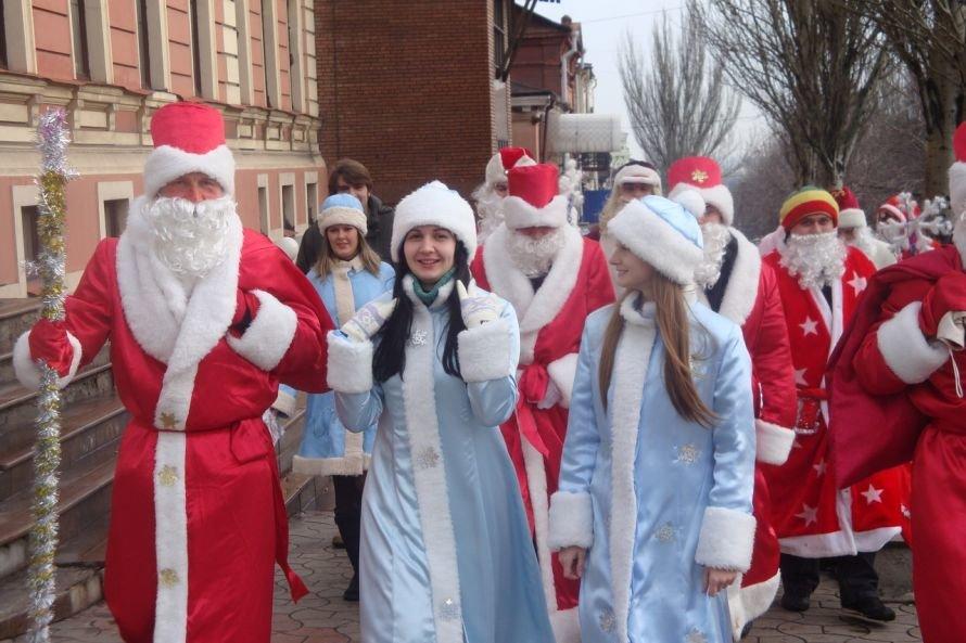 Красно-белый марш: по Мариуполю прошествуют Деды Морозы, фото-1