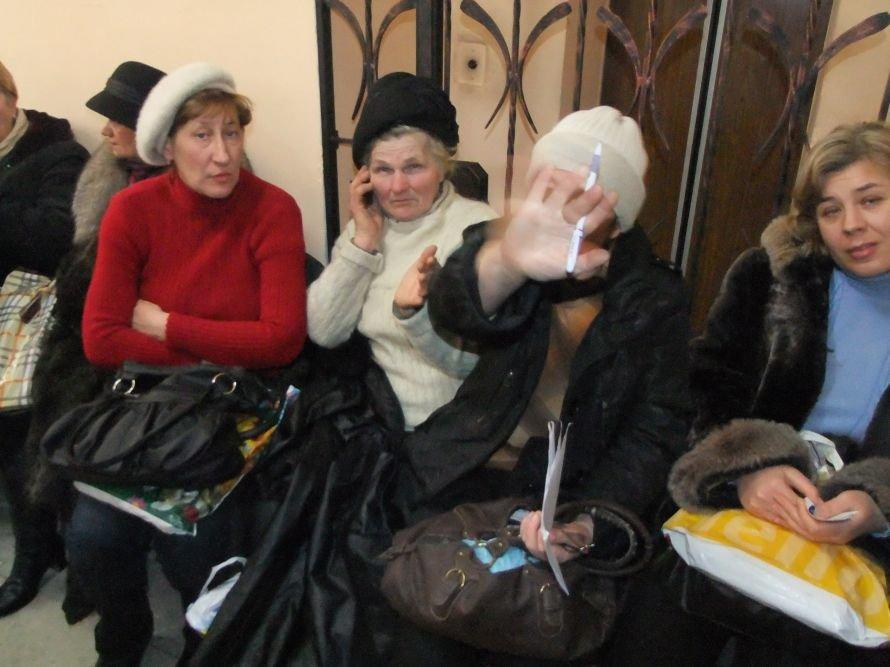Операция «Регистрация» - в Донецке, чтобы  оформить документы на недвижимость, люди занимают очередь в 6 утра (фото), фото-1